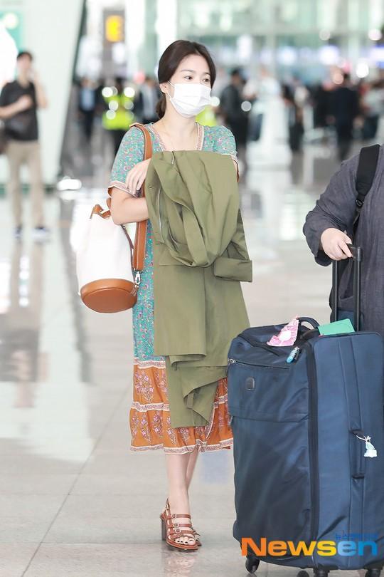 Song Hye Kyo để mặt mộc và bịt khẩu trang nhưng vẫn đẹp hút hồn tại sân bay-2