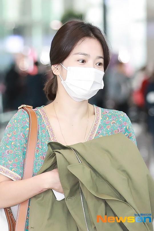 Song Hye Kyo để mặt mộc và bịt khẩu trang nhưng vẫn đẹp hút hồn tại sân bay-1