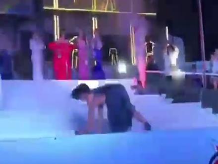 Thật như đùa: Thí sinh hoa hậu Philippines xoạc, lăn lộn trên sân khấu