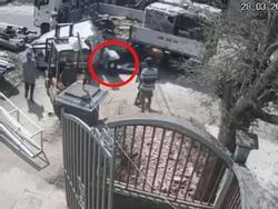 Clip rùng mình: Người đàn ông chạm mặt tử thần chỉ vì phút bất cẩn của 'đồng đội'