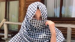 Tiểu Vy quấn khăn kín mít chống nắng nhưng chỉ đôi mắt lộ ra đã đủ làm say đắm lòng người