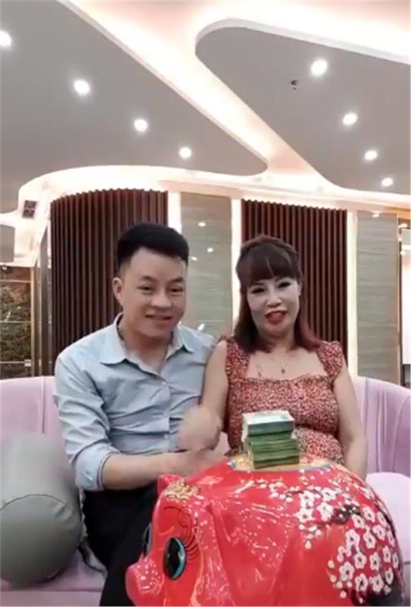 Xuất hiện với bụng bầu cực lớn như sắp lâm bồn, cô dâu 62 tuổi lại phát ngôn sốc khi tuyên bố đang tiết kiệm tiền để đẻ mổ-1