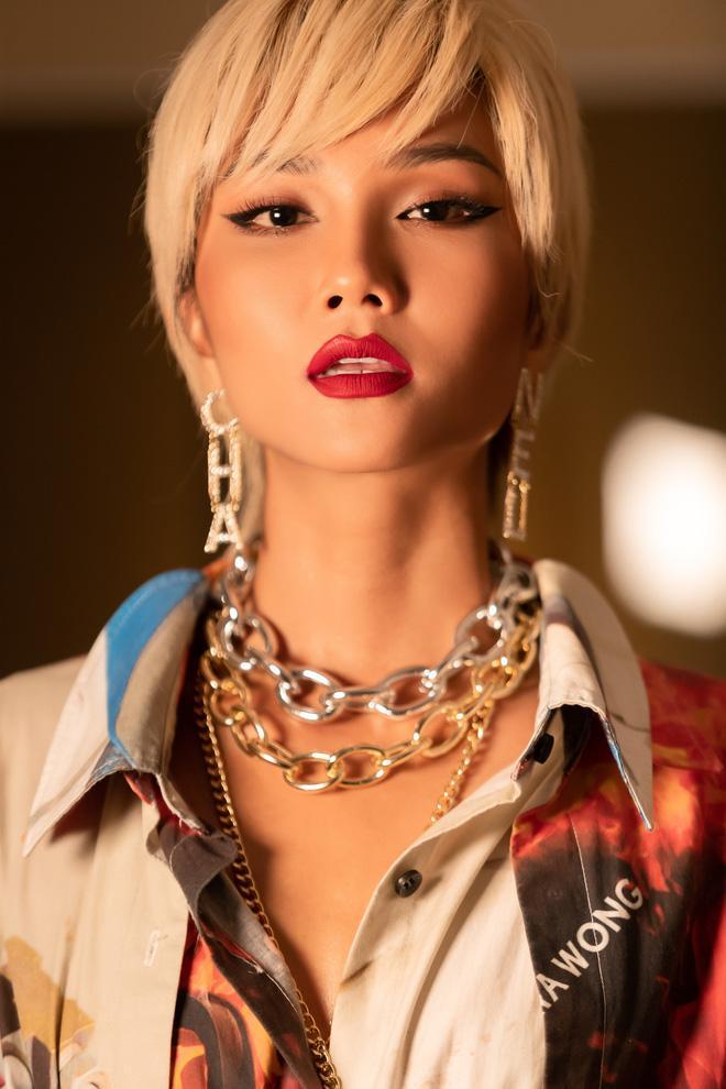 HHen Niê lạ lẫm với màu tóc bạch kim khiến rapper Đen Vâu cũng phải thốt lên: Ăn chơi ghê-1
