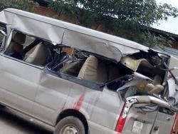 Bắc Giang: Kinh hoàng xe 16 chỗ bị container tông phía sau, 1 người chết và 2 người bị thương