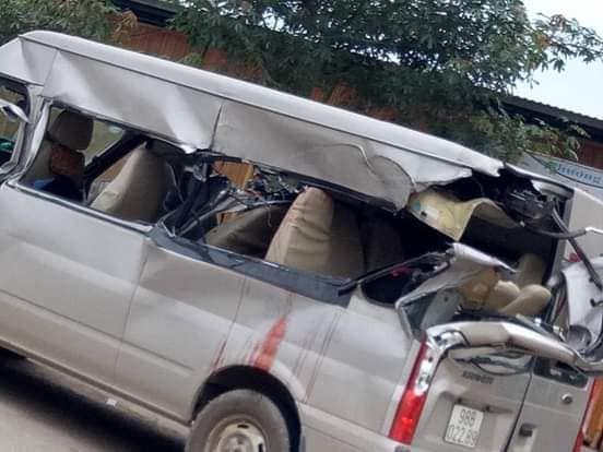 Bắc Giang: Kinh hoàng xe 16 chỗ bị container tông phía sau, 1 người chết và 2 người bị thương-2