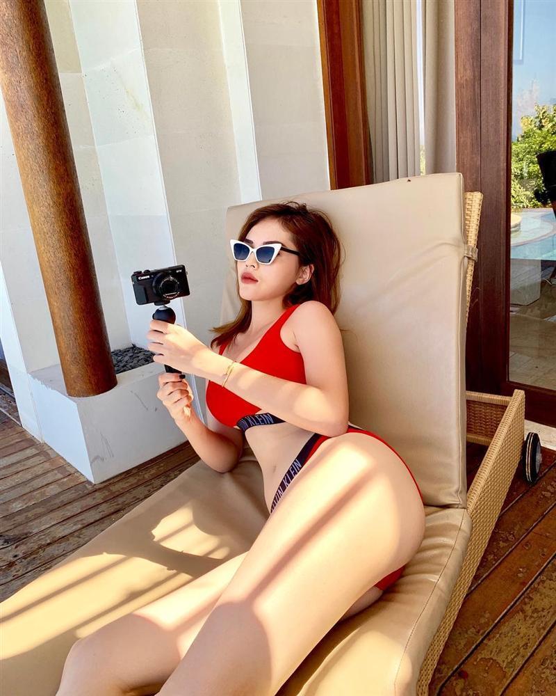 Hà Hồ - Kỳ Duyên diện bikini phô trọn vòng 3 bốc lửa trong khi Angela Phương Trinh kín đáo như nữ sinh-1
