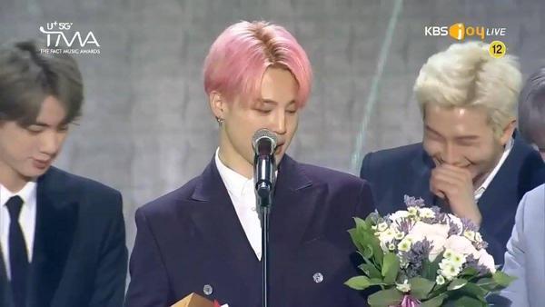 Lý do phũ phàng khiến RM bật cười trong màn phát biểu nhận daesang của Jimin tại The Fact Music Awards-3
