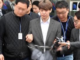 'Hoàng tử gác mác' Park Yoochun bị cảnh sát còng tay áp giải và ước tính 7 năm tù giam
