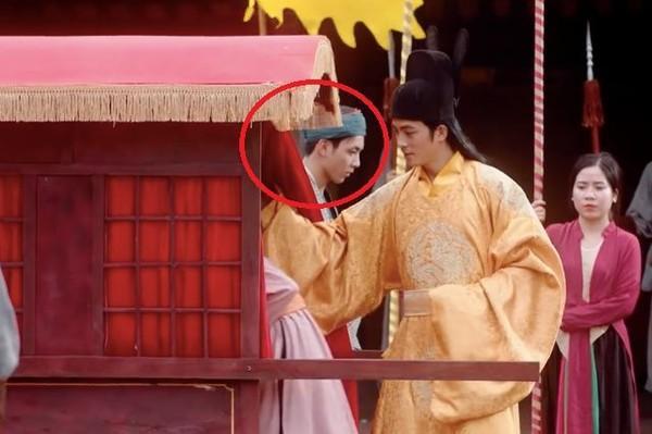 Xuất hiện 'lấp ló' gần… 2 giây, chàng người hầu trong MV mới của Chi Pu được cư dân mạng ráo riết tìm info-2