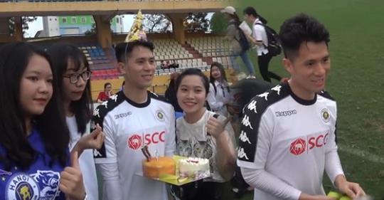 Bị fans nữ vây kín trong ngày sinh nhật, Đình Trọng ngượng ngùng nhận quà khiến người xem bật cười người đâu đáng yêu thế-1