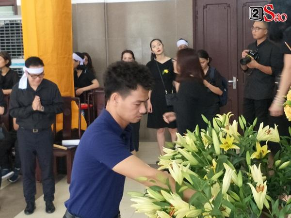 At the moment she touched the most funeral procession of the model of Huang Huong: The man cries for his young wife and the baby waved his mother in front of the priest-4