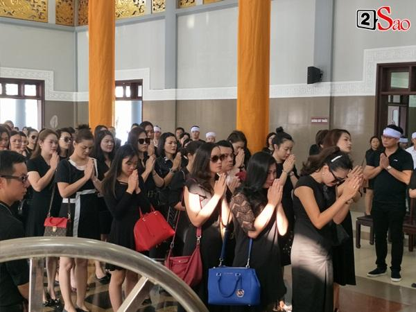 At the moment, he touched the most of the burial of the model Nui Huong: The man called his young wife, the baby waved his mother in front of the priest-9