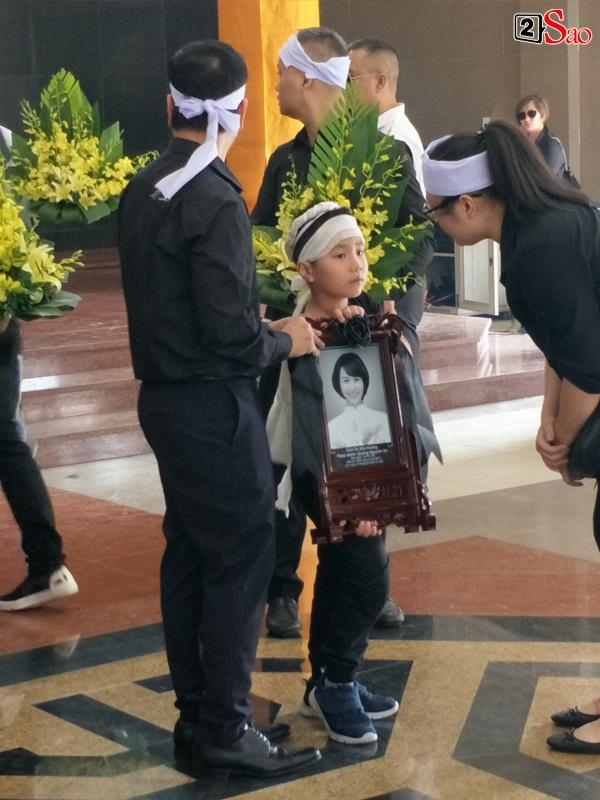 At the moment when he touched New Huong's youngest funeral: The man called the young woman, the baby waving his mother in front of the priest-22