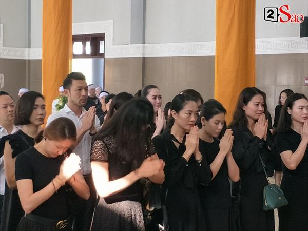 At the moment, he touched the most of the burial of the model Nyu Huong: The man called his young wife, the baby waving his mother in front of the Prince-8