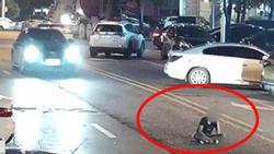 CLIP SỐC: Thanh niên say rượu, 'chán sống' ra giữa đường ngồi nghe điện thoại