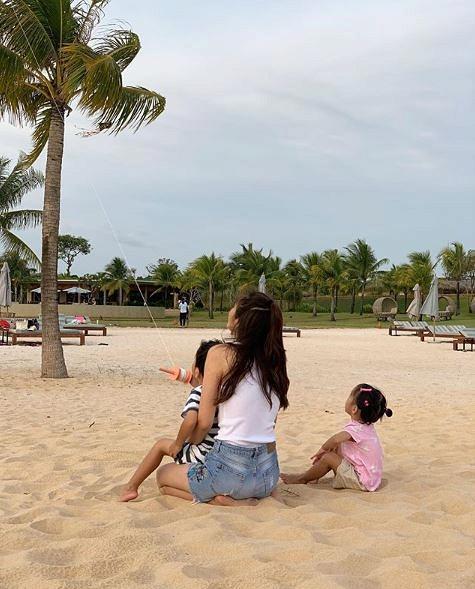 Chồng Tăng Thanh Hà phá lệ, khoe ảnh vợ chơi đùa cùng hai con trong kỳ nghỉ ở Phú Quốc-1