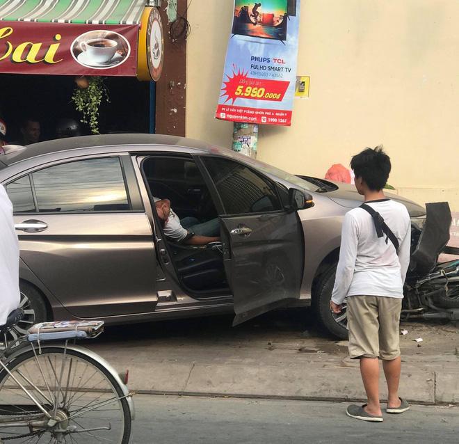 Clip: Tài xế 'phê' ma túy, nằm sùi bọt mép sau khi gây tai nạn-1