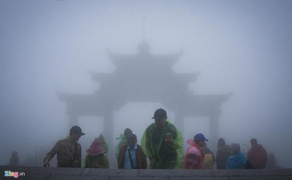 Du khách tận hưởng giá lạnh 13 độ C giữa kỳ nghỉ lễ ở Sa Pa-1