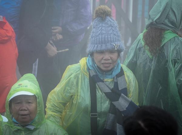 Du khách tận hưởng giá lạnh 13 độ C giữa kỳ nghỉ lễ ở Sa Pa-9
