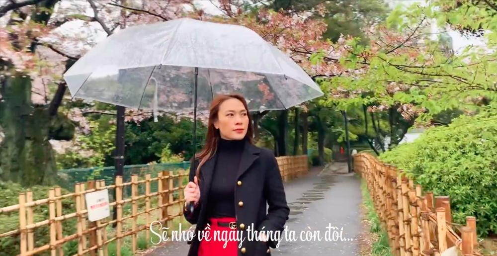 Chỉ cần diện đồ sương sương trăm triệu xong cầm ô đi tới đi lui, Mỹ Tâm cũng khiến fan phát cuồng-1