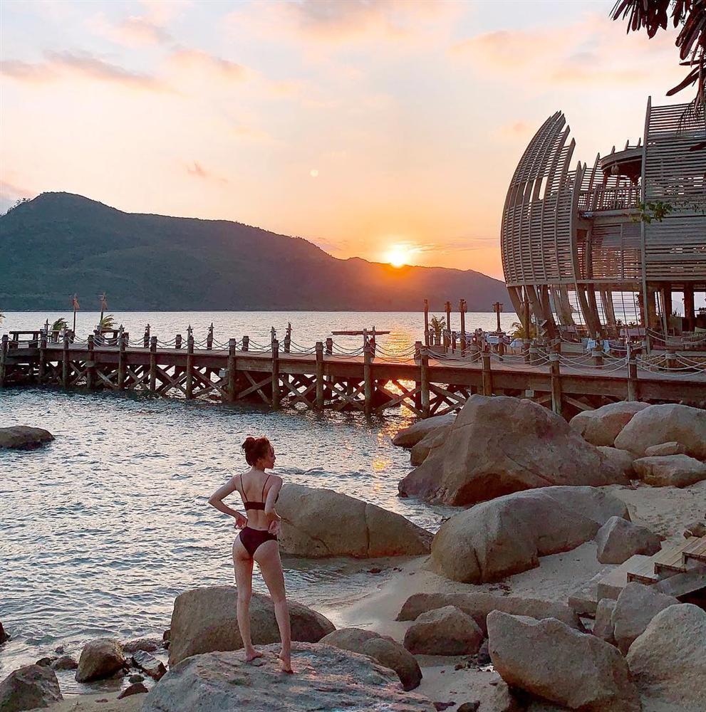 Mỹ nhân Việt đua nhau khoe dáng nuột nà với bikini trên bãi biển trong kỳ nghỉ lễ-4