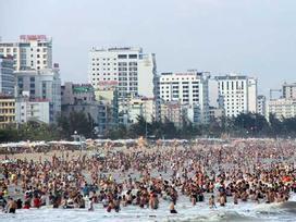 Hàng chục nghìn du khách chen nhau 'ngộp thở' ở biển Sầm Sơn