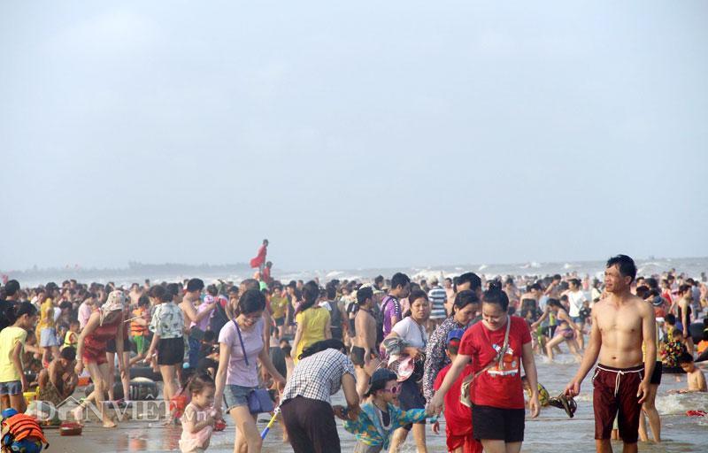 Hàng chục nghìn du khách chen nhau ngộp thở ở biển Sầm Sơn-2