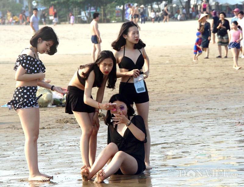 Hàng chục nghìn du khách chen nhau ngộp thở ở biển Sầm Sơn-3