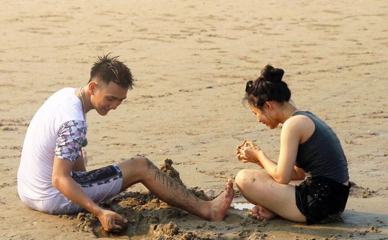 Hàng chục nghìn du khách chen nhau ngộp thở ở biển Sầm Sơn-4