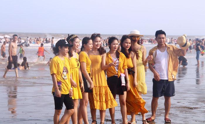 Hàng chục nghìn du khách chen nhau ngộp thở ở biển Sầm Sơn-5