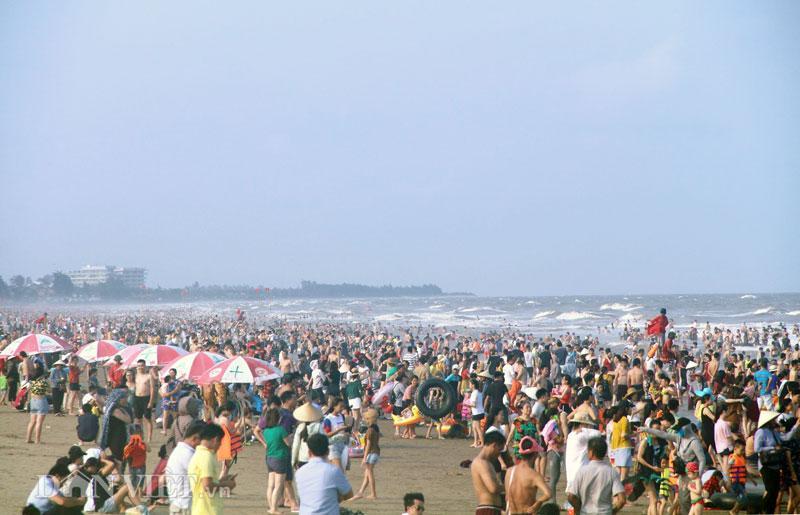 Hàng chục nghìn du khách chen nhau ngộp thở ở biển Sầm Sơn-6