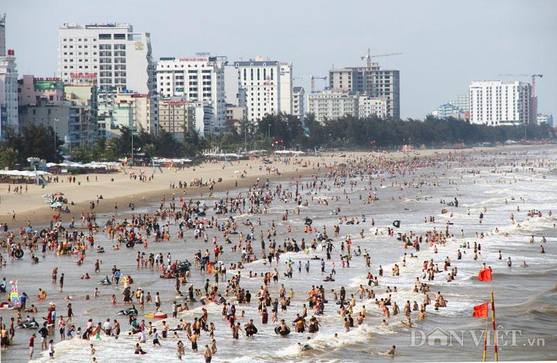 Hàng chục nghìn du khách chen nhau ngộp thở ở biển Sầm Sơn-7