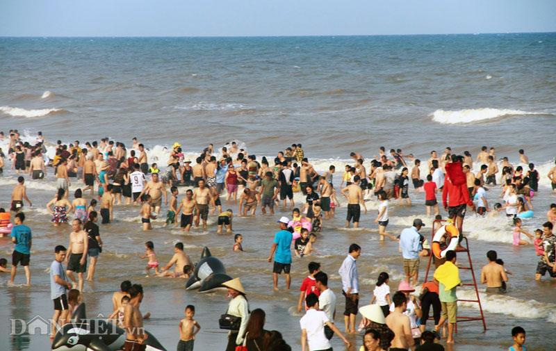 Hàng chục nghìn du khách chen nhau ngộp thở ở biển Sầm Sơn-8