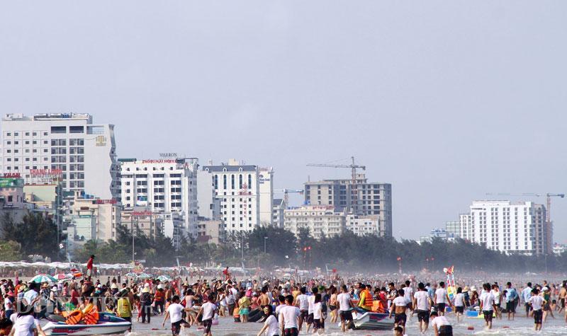 Hàng chục nghìn du khách chen nhau ngộp thở ở biển Sầm Sơn-9