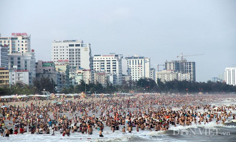 Hàng chục nghìn du khách chen nhau ngộp thở ở biển Sầm Sơn-1