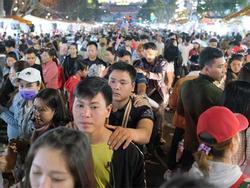 Cảnh 'người ngắm người' ở các điểm đến nổi tiếng của Đà Lạt