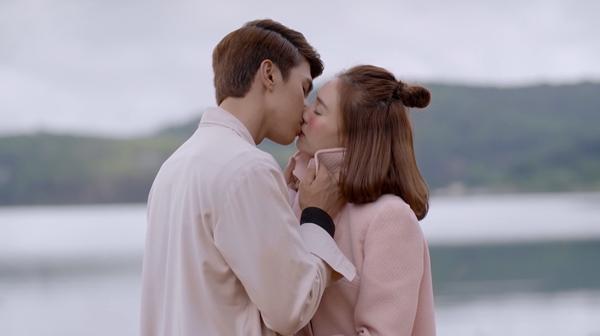 Bình An và Lan Ngọc trao nhau nụ hôn giữa Đà Lạt thơ mộng trong tập 56 Mối Tình Đầu Của Tôi-8