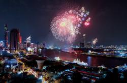 Mãn nhãn với màn pháo hoa rực rỡ trên bầu trời Sài Gòn mừng 44 năm Giải phóng miền Nam thống nhất đất nước