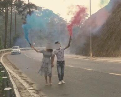 Cô dâu, chú rể đốt pháo khói, chụp ảnh cưới giữa đèo Tam Đảo-1