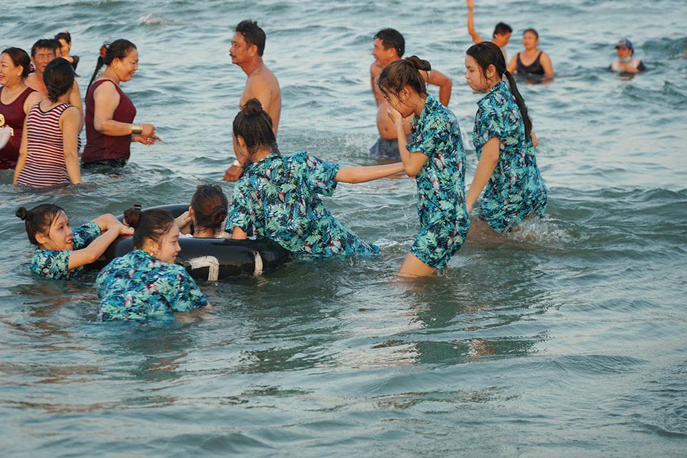 Biển Vũng Tàu đông nghịt người, nhiều trẻ lạc cha mẹ-2