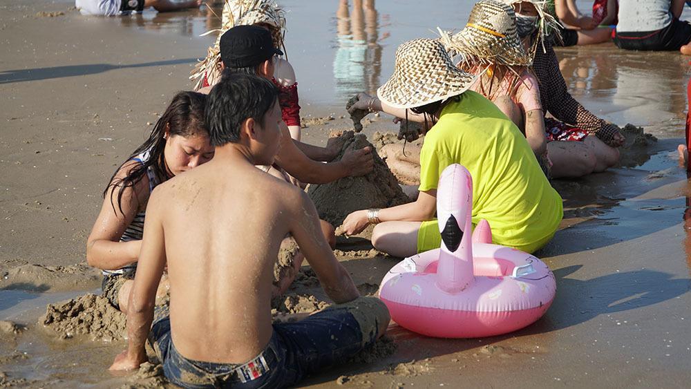 Biển Vũng Tàu đông nghịt người, nhiều trẻ lạc cha mẹ-5