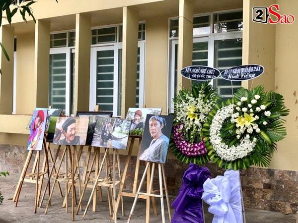 Ốc Thanh Vân đến sớm phụ giúp gia đình nghệ sĩ Lê Bình trước giờ diễn ra lễ viếng-3