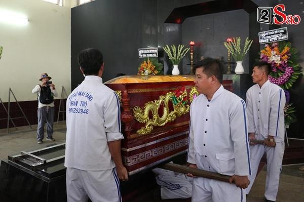 Ốc Thanh Vân đến sớm phụ giúp gia đình nghệ sĩ Lê Bình trước giờ diễn ra lễ viếng-5