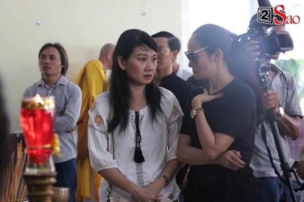 Ốc Thanh Vân đến sớm phụ giúp gia đình nghệ sĩ Lê Bình trước giờ diễn ra lễ viếng-14