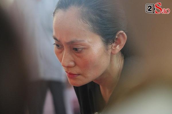 Ốc Thanh Vân đến sớm phụ giúp gia đình nghệ sĩ Lê Bình trước giờ diễn ra lễ viếng-13