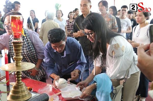 Ốc Thanh Vân đến sớm phụ giúp gia đình nghệ sĩ Lê Bình trước giờ diễn ra lễ viếng-10