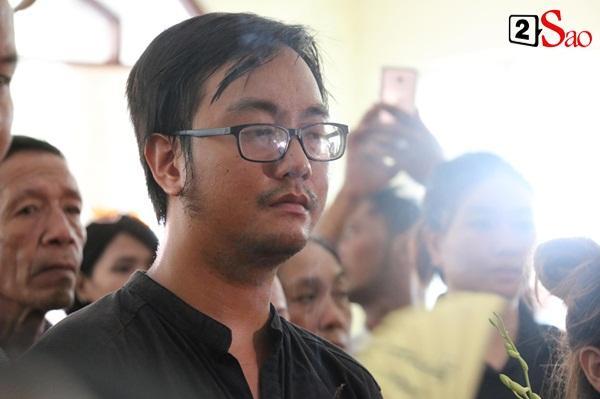 Ốc Thanh Vân đến sớm phụ giúp gia đình nghệ sĩ Lê Bình trước giờ diễn ra lễ viếng-11