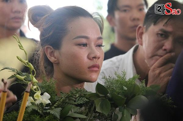Ốc Thanh Vân đến sớm phụ giúp gia đình nghệ sĩ Lê Bình trước giờ diễn ra lễ viếng-8