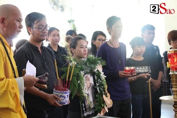 Ốc Thanh Vân đến sớm phụ giúp gia đình nghệ sĩ Lê Bình trước giờ diễn ra lễ viếng-7