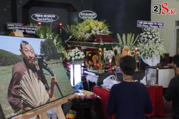 Ốc Thanh Vân đến sớm phụ giúp gia đình nghệ sĩ Lê Bình trước giờ diễn ra lễ viếng-6